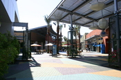 English: Photo of the courtyard in front of Barnes & Nobel at Tempe Marketplace in Tempe, Arizona