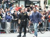 English: Policeman and his boyfriend at Gay Pride 2005 in San Francisco Polski: Policjant ze swoim chłopakiem na Gay Pride 2005 w San Francisco Русский: Полицейский со своим парнем на гей параде 2005 в Сан Франциско