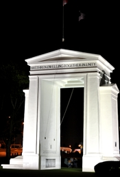 English: Peace Arch at night.