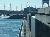 English: OPG's RH Saunders Generating Station on the Saint Lawrence River. Français : La centrale RH Saunders d'Ontario Power Generation, sur le fleuve Saint-Laurent