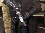 Español: Miembro de la Policía Nacional de Panamá portando equipo completo Antidisturbio (mascara anti gas, casco, protectores corporales, arma para lanzar municiones de agentes quimicos)