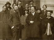 Français : Portrait de groupe avec Pierre Bovet (1878-1965) (au premier plan à gauche, avec une grande barbe) et Jean Piaget (1896-1980) (au premier plan à droite, avec les lunettes), devant la porte de l'Institut Jean-Jacques Rousseau à Genève en 1925