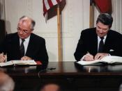 English: President Reagan and General Secretary Gorbachev signing the INF Treaty in the East Room of the White House. Français : Ronald Reagan et Mikhaïl Gorbatchev signant le Traité sur les forces nucléaires à portée intermédiaire dans la salle Est de la