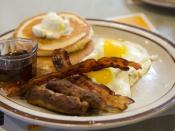 English: Pancakes, eggs, sausage, and bacon.