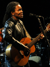 English: Tracy Chapman at the 2009 Cactus Festival in Bruges, Belgium. Français : Tracy Chapman. Photo prise lors du Cactus Festival 2009 de Bruges, en Belgique.