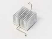 English: Pin fin heat sink with a z-clip heat sink attachment method.