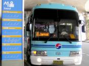 English: A limousine bus soon to depart from Incheon International Airport bus station to Jamsil subway station in Seoul. 日本語: 蚕室駅ゆき大韓航空リムジンバス。