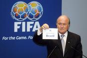 English: Joseph Blatter announcing 2014 World Cup will be held in Brazil. 한국어: FIFA 회장인 제프 블래터가 2014년 FIFA 월드컵이 브라질에서 개최됨을 표시하고 있다.