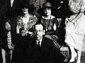 Português: Mário de Andrade (sentado), Anita Malfatti (sentada, ao centro) e Zina Aita (à esquerda de Anita), em São Paulo, Brasil, 1922.