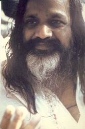 English: Mahareshi Yogi in 1973, Poona Deutsch: Mahareshi Yogi in Poona, 1973