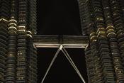 English: Skybridge connecting the two Petronas Twin Towers in Kuala Lumpur Malaysia. Taken by Wolfgang Sladkowski