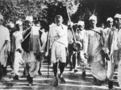 English: Gandhi during the Salt March, March 1930. Français : Gandhi pendant la Marche du Sel, mars 1930. मराठी: महात्मा गांधी दांडी यात्रेत.