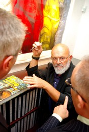 English: Jim Dine is seen here speaking with two patrons at the Galerie de Bellefeuille in Westmount, on the evening of a vernissage in 2009.