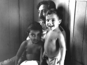 English: Chico Mendes at his home in Xapuri, Acre, Brazil, with his two young children. Elenira Mendes is on the left, and Sandino Mendes is on the right