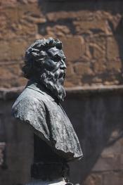 Monumento a Benvenuto Cellini, di Raffaello Romanelli (1901), al centro di Ponte Vecchio, a Firenze. Foto di Thermos