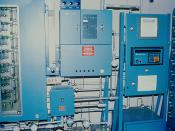 English: Pictured is a sophisticated gas chromatography system. This instrument records concentrations of acrylonitrile in the air at various points throughout the chemical laboratory. Italiano: Complesso sistema di gas cromatografo