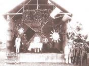 孙中山在黄埔军校开学典礼演讲(在场的还有宋庆龄、蒋介石、廖仲恺) Sun Yat-sen behind the table and Chiang Kai-shek stage in uniform at the founding of the Whampoa Military Academy in 1924.
