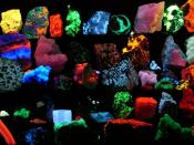 English: Collection of various fluorescent minerals under ultraviolet UV-A, UV-B and UV-C light. Chemicals in the rocks absorb the ultraviolet light and emit visible light of various colors, a process called fluorescence. Français : Divers minéraux fluore