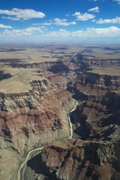 English: An aerial view over the north part of the Grand Canyon. Deutsch: Blick aus dem Flugzeug über den nördlichen Teil des Grand Canyon. Français : Vue sur la partie nord du Grand canyon depuis un avion.