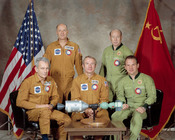 English: Apollo Soyuz Test Project Crew Apollo Soyuz Test Project Crew, Deke Slayton, Thomas Stafford, Vance Brand, Alexei Leonov, Waleri Kubassov فارسی: عکس رسمی فضانوردان روسی و آمریکایی در پروژه آزمایشی آپولو-سایوز