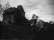 English: Alfred Hitchcock showing Norman Bates' house, in Psycho's trailer Alfred Hitchcock présentant la maison de Norman Bates, dans la b.a. de