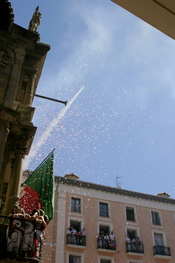 English: Rocket thrown from the Town Hall of Pamplona (Spain) that signifies the beginning of the San Fermin festival.