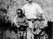 African pygmies and a European explorer Español: Pigmeos africanos 日本語: アフリカピグミーとヨーロッパの探検家 Polski: Badacz europejski wśród afrykańskich pigmejów