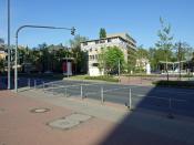 """Verkehrsampel am """"Frankfurter Institut für Sozialforschung"""", die sog. """"Adorno-Ampel"""". Im Hintergrund ist das Institut."""