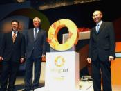 English: Tan Suee Chieh (left), CEO of NTUC Income Insurance Co-operative Ltd, unveiling the logo for OrangeAid at the 40th Income Day on 22nd Oct 2010, together with Singapore's Senior Minister Goh Chok Tong (centre) and Chairman of the NTUC Income Board