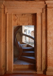English: Door to a spiral staircase in the Cloister of John III at Convent of Christ, Tomar, Portugal. Français : Cloitre de Jean III. Couvent de l'ordre du Christ, Tomar, Portugal.