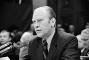 English: President Gerald Ford appearing at the House Judiciary Subcommittee hearing on pardoning former President Richard Nixon, Washington, D.C. Français : Gerald Ford lors d'une commission visant à pardonner Richard Nixon dans le cadre de l'Affaire du