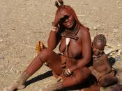 English: Himba mother and child about 15 km north of Opuwo, Namibia. Français : Une mère et son enfant de la tribu Himba. Photo prise 15 km au nord de Opuwo, en Namibie.