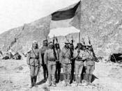 English: Soldiers in the Arab Army during the Arab Revolt of 1916-1918, carrying the Arab Flag of the Arab Revolt and pictured in the Arabian Desert. Deutsch: Soldaten der Arabischen Armee während der Arabischen Revolte 1916-1918