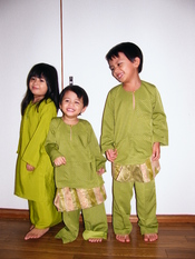 English: Malay kids in traditional Malay dress during Hari Raya celebration