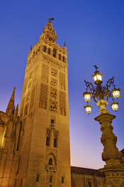 English: La Giralda at dusk, the tower of the Cathedral of Seville, as viewed from the Plaza Virgen de los Reyes in Seville, Spain. Taken with a Canon 5D and 17-40mm f/4L lens at 30mm.