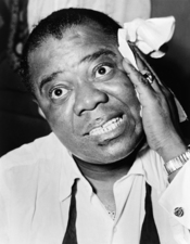 English: Head and shoulders portrait of jazz musician Louis Armstrong. Français : Portait plan poitrine du musicien de jazz Louis Armstrong.