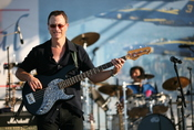 Gary Sinise on stage with the Lt. Dan Band at the Chicago Air and Water Festival 2008. Français : Gary Sinise sur scène avec le groupe Lt Dan lors du Air and Water Show de Chicago en 2008. Italiano: Gary Sinise sul palco con la Lt. Dan Band al Air and Wat