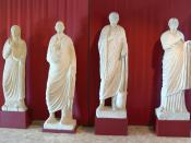 English: Archeological museum, Aquileia. Funeral statues ( 1st century ) of two married couples. Deutsch: Archäologisches Museum, Aquileia. Grabstatuen ( 1.Jhdt. ) zweier Ehepaare.