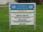 Schild - Vereinte Nationen-Campus (UN-Campus) Görresstr. 15 in Bonn. United Nations Educational Scientific and Cultural Organization (UNESCO-UNEVOC), World Health Organization (WHO-ECEH), United Nations University (UNU-EHS).