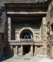 English: Entrance to cave no. 19 in Ajanta Caves complex, India. Polski: Wejscie do groty nr 19 w zespole Grot Adżanta w Indiach.