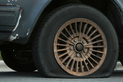 English: A flat automobile tire. Français : Une crevaison. Русский: Сдутая шина.