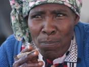 English: Nama Woman in Kalahari Desert, Namibia. Français : Femme Nama dans le désert du Kalahari, en Namibie. Italiano: Donna Nama nel deserto del Kalahari Desert in Namibia.