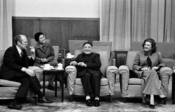 English: President and Mrs. Ford, Vice Premier Deng Xiao Ping, and Deng's interpreter have a cordial chat during an informal meeting in Beijing, China. ID #A7598-20A. Français : Gerald Ford, sa femme, Deng Xiaoping et une traductrice lors d'une réunion à