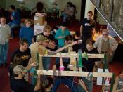 English: Many designers of Rube Goldberg machines participate in competitions, such as this one in New Mexico. Español: Muchos diseñadores de máquinas de Rube Goldberg participan en competiciones, como ésta en Nuevo México.