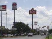 Foto de una carretera en la cual se destacan anuncios de los restaurantes de comida rápida KFC, Wendy's y Taco Bell entre otros. Picture of a highway in which fast food ads are featured:KFC, Wendy's and Taco Bell among others. Taken in Bowling Green, KY.