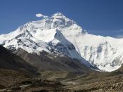 English: Mount Everest North Face as seen from the path to the base camp, Tibet. Español: Cara norte del Monte Everest vista desde el sendero que lleva al campo base en el Tibet (China). Français : Face nord du Mont Everest vue du chemin menant au camp de