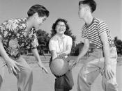 Lila Gee, playground monitor, with Chinese children playing basketball at McLean Park, Vancouver, British Columbia / Enfants chinois jouant au basketball dans le quartier chinois de Vancouver, Colombie-Britannique