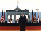 English: Ronald Reagan speaking in front of the Brandenburg Gate and the Berlin Wall on June 12, 1987. 日本語: ベルリンの壁の前での演説(1987年)