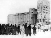 English: Captured German soldiers being lead to prisoner camps in Stalingrad, 1943. In the background is the grain silo. Deutsch: Kriegsgefangene deutsche Soldaten werden 1943 nach der verlorenen Schlacht von Stalingrad in die Lager abgeführt. Im Hintergr