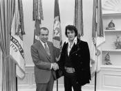 English: Elvis Presley meeting Richard Nixon. On December 21, 1970, at his own request, Presley met then-President Richard Nixon in the Oval Office of The White House. Elvis is on the right. Waggishly, this picture is said to be 'of the two greatest recor